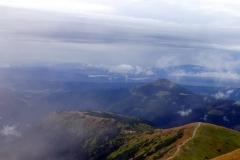 Widok z Wołowca na północny-zachód Na horyzoncie Pilsko i Babia Góra pod nimi Zbiornik Orawski.