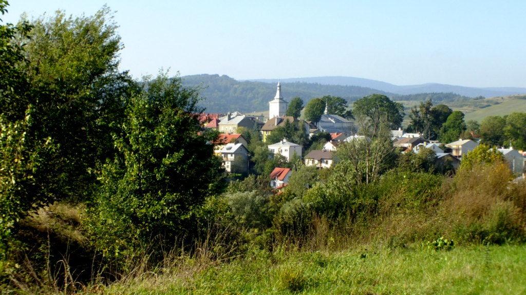 Widać tu kościół w Żmigrodzie ze wzgórza cmentarnego
