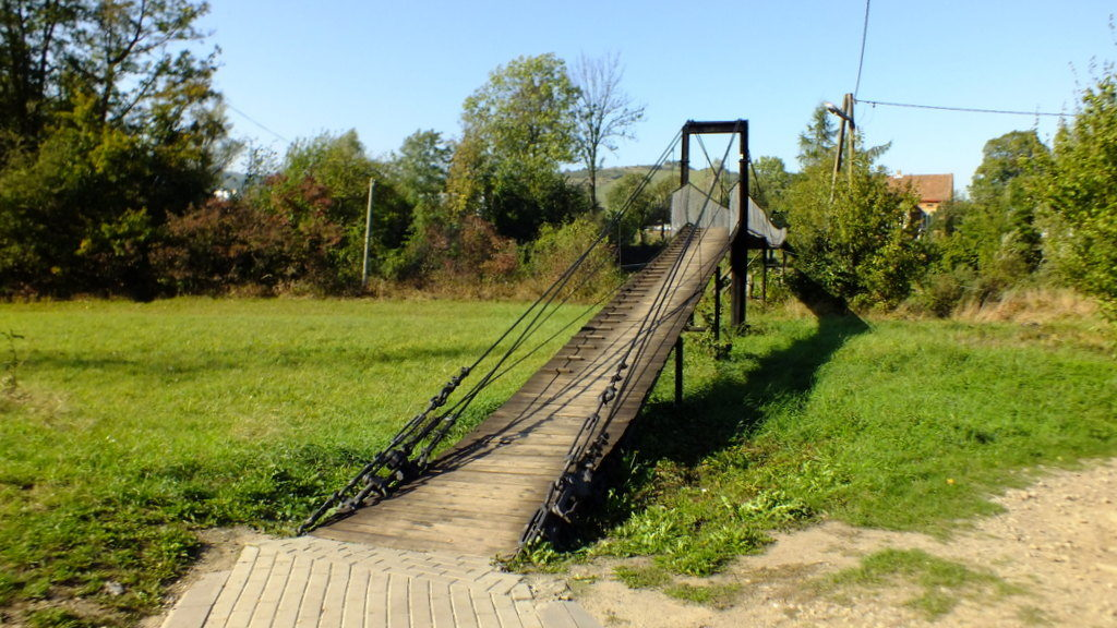 Tą kładką nad rzeką przechodzi się do wioski Mytarz.