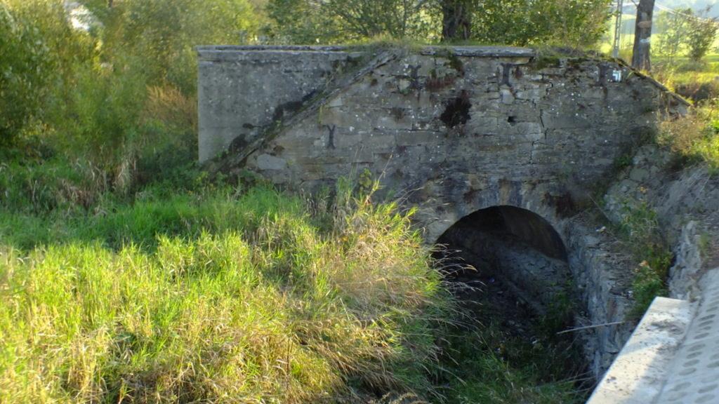 Stary, kamienny mostek nad potokiem, dopływem Wisłoki w przysiółku Nowego Żmigrodu - Poddębicz.