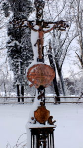 Krzyż nagrobka na cmentarzu wiejskim w Czarnem