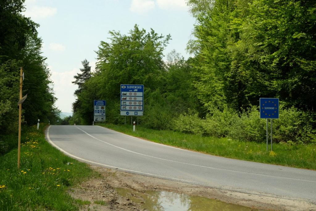Droga przez granicę polsko-słowacką.