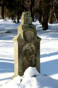 Zniszczony krzyż nagrobny na cmentarzu w Świerzowej Ruskiej.