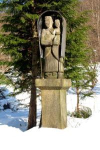 Kapliczka Matki Boskiej z Dzieciątkiem. Wykonana przez Władysława Graconia w 1894 r.