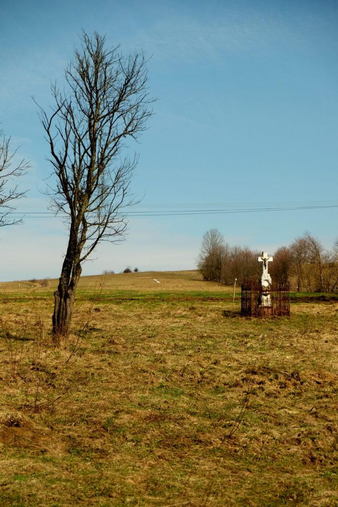Samotna kapliczka z krzyżem w szczerym polu. Zawadka Rymanowska.
