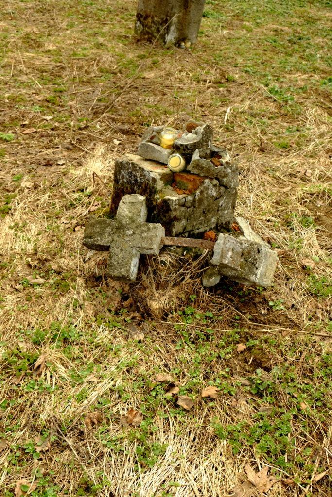 Zniszczony krzyż nagrobny cmentarza w nieistniejącej wiosce łemkowskiej - Kamionce.