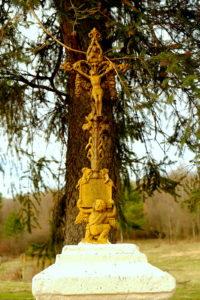 Odnowiona kapliczka z kutym krzyżem w Zawadce Rymanowskiej, przy gruntowej drodze do Lubatowej.