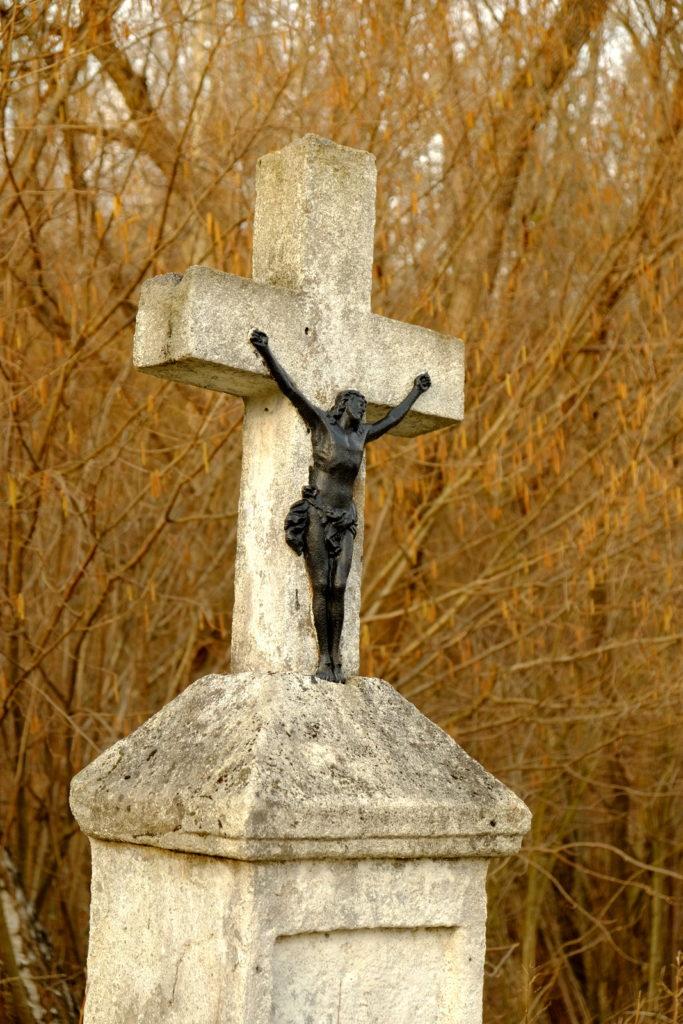 Krzyż niedaleko ujścia Tereściańskiego Potoku do Jasiołki.
