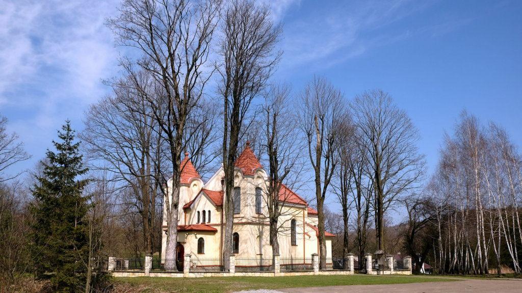 Bednarka. Dawna cerkiew greckokatolicka z 1900 roku.