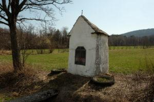 Wola Cieklińska - skromna kapliczka przydrożna