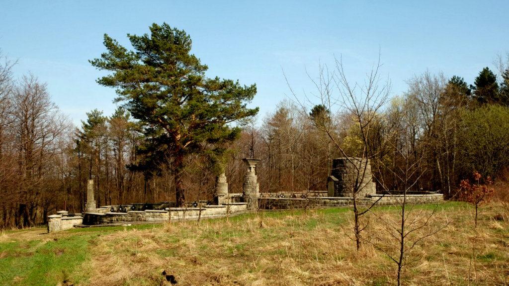 Cmentarz w Woli Cieklińskiej nr 11. Zaprojektowany przez Dušana Jurkoviča. Zbudowany został na planie dwóch przylegających okręgów.