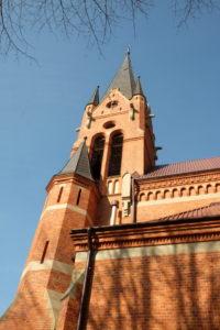 Kościół w Osobnicy w stylu neogotyckim nadwiślańskim zaprojektowany przez Teodora Talowskiego