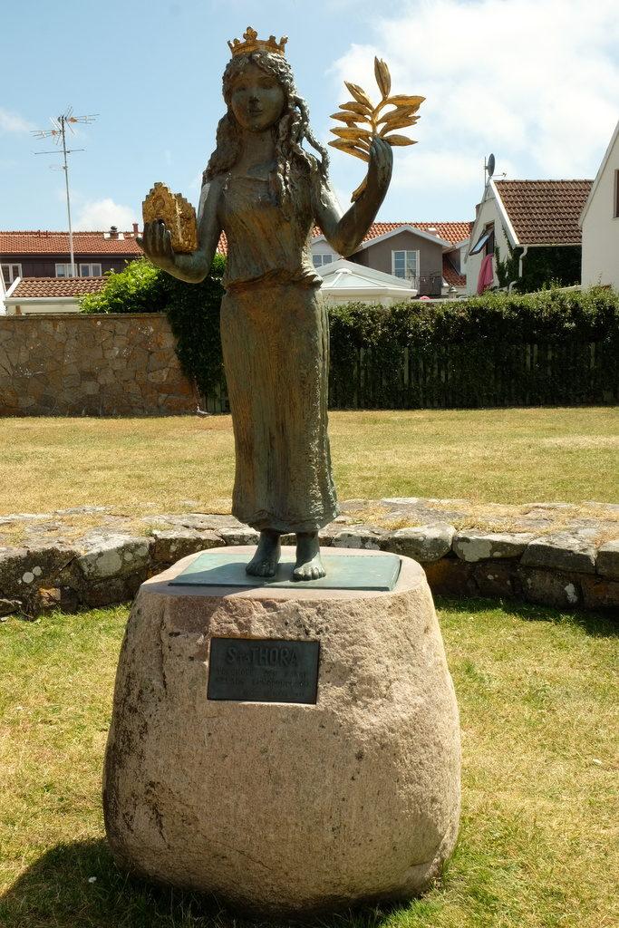 św. Thora na kamiennym cokole