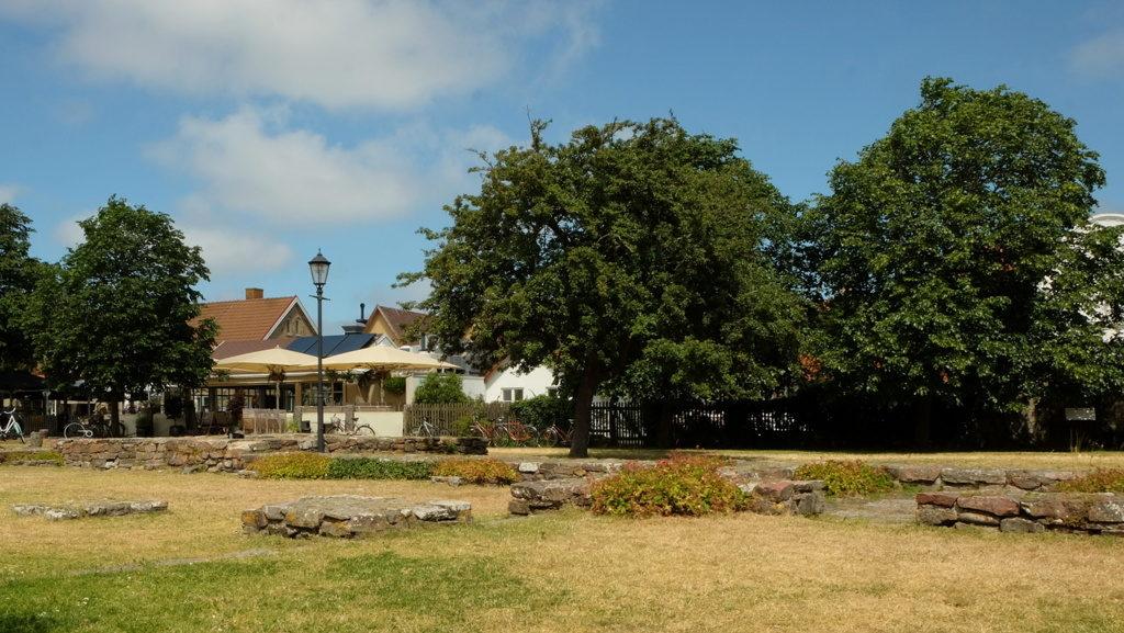 Miejsce, gdzie stał pierwszy, średniowieczny kościół z widocznymi ruinami fundamentów. Teren ten przekształcono w specyficzny park.