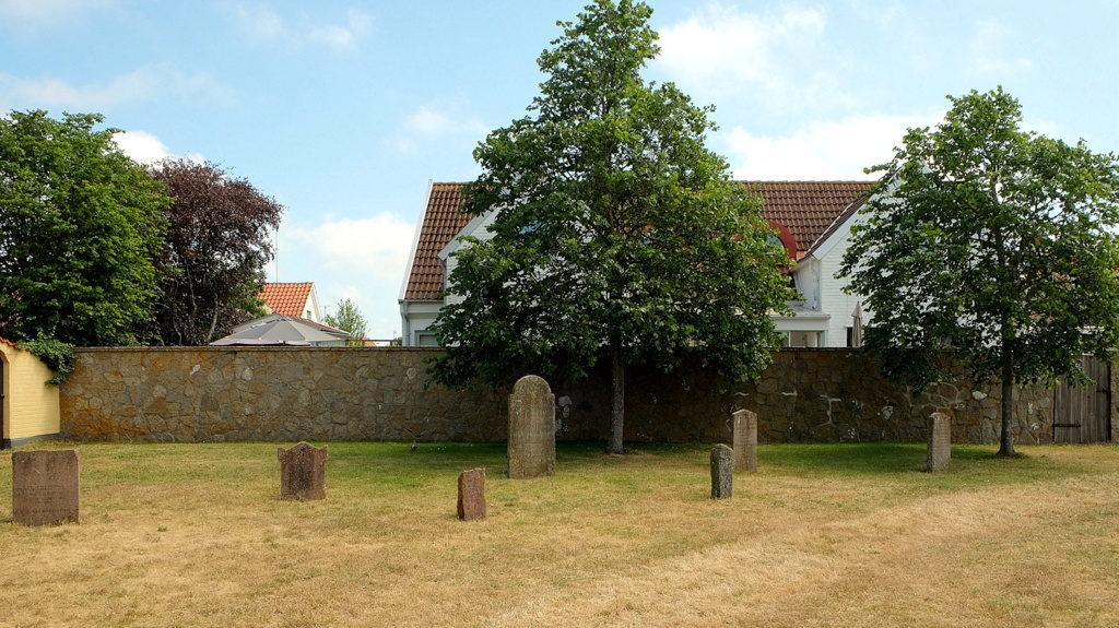 Płyty nagrobne na terenie starego cmentarza, ustawione powtórnie w połowie XX wieku po przeprowadzonych tu wykopaliskach archeologicznych.