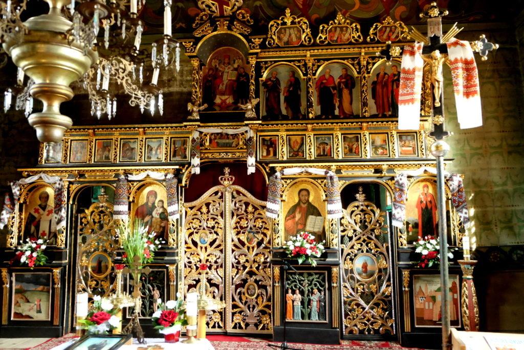 Ikonostas cerkwi w Uściu Gorlickim. W lewym, górnym rogu widoczny brak części ikon, które oddane zostały do renowacji.