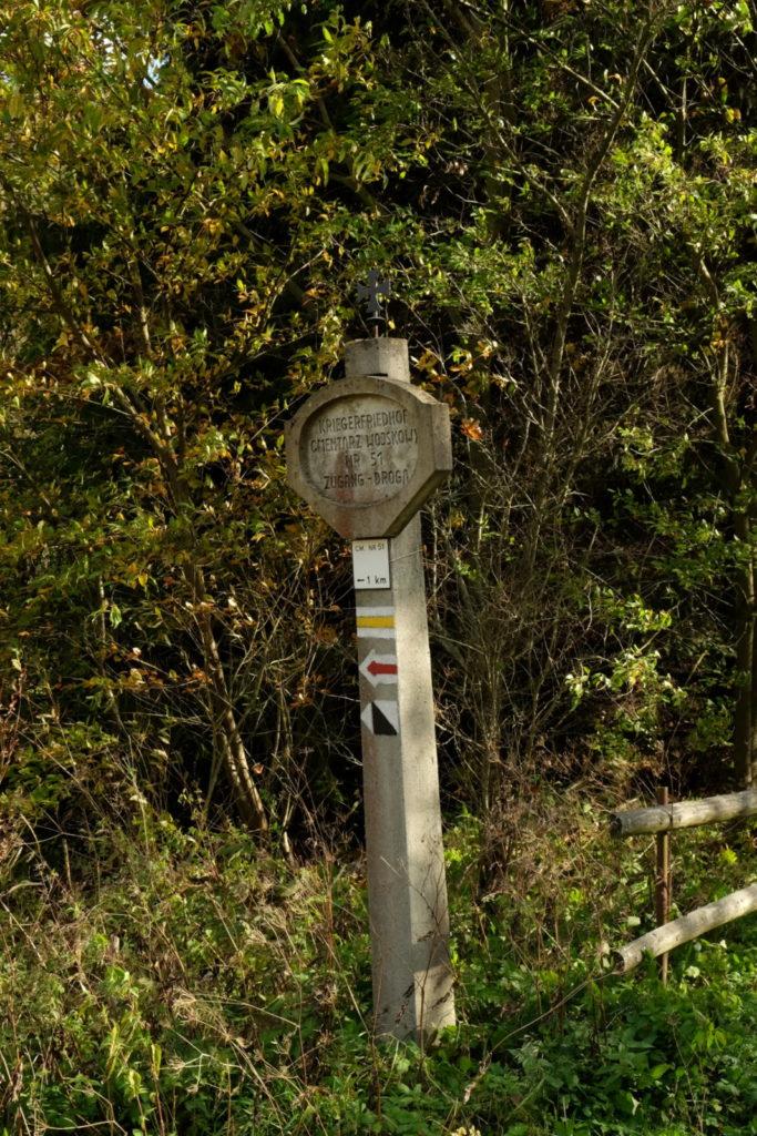 Betonowy drogowskaz cmentarza nr 51 na Rotundzie.