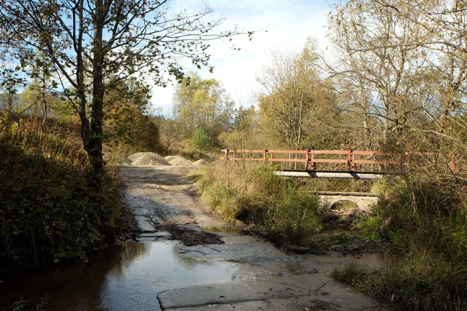 Mostek i bród na potoku Regetowką.