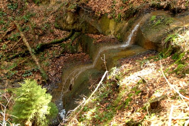 Widok z boku na wodospad Trzy Wody nad Kombornią.