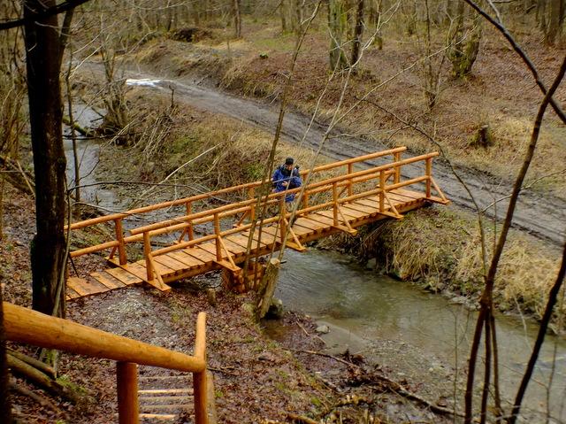 człowiek na mostku nad Świerzówką