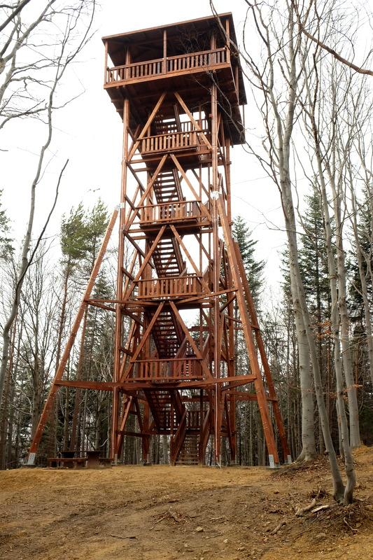 drewniana wieża widokowa pod szczytem Ferdla.