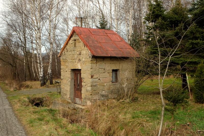 Kapliczka murowana z kamienia ciosanego w miejscowości Wapienne.