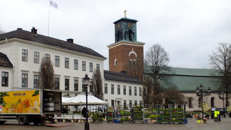 Nyköping (Stora Torget) i kościół św. Mikołaja (St Nikolai Kyrka).