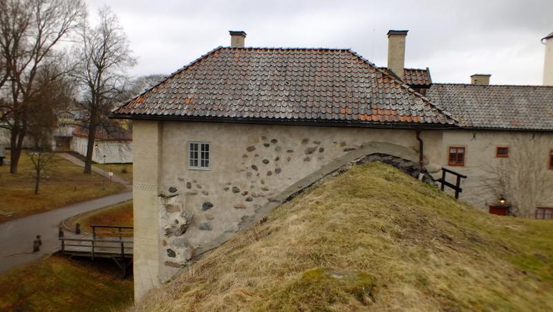 Średniowieczne wały ziemne twierdzy, z prawej budynek dawnego więzienia. Nykopinghus.