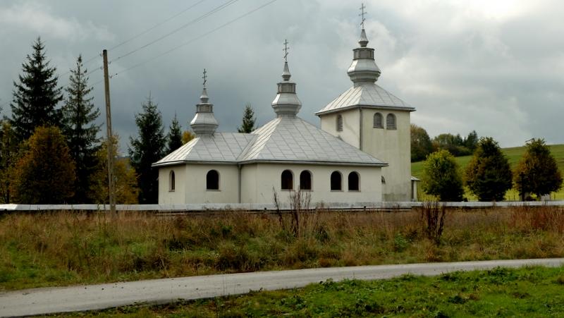 Pomnik poświęcony pamięci poległym w walkach w Karpatach o Przełęcz Dukielską w latach 1944-45.rkiew prawosławna w Zyndranowej.