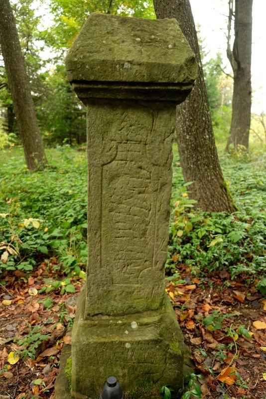 Zniszczony nagrobek na cmentarzu w Jasielu.